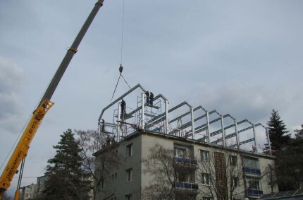 Metallic structure for storey addition and attic conversion for apartment buildings